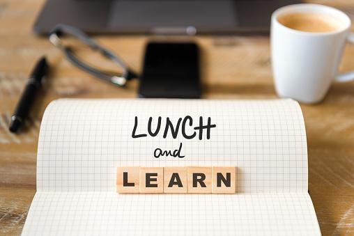 나무 테이블 배경 위에 노트북에 근접 촬영 점심과 학습 텍스트 문자로 나무 블록에 초점 0명에 대한 스톡 사진 및 기타 이미지