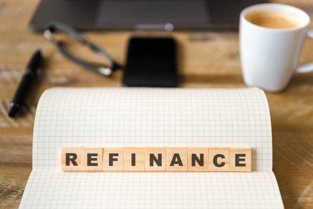 Closeup auf Notebook über Holztisch Hintergrund, Fokus auf Holzblöcke mit Buchstaben machen refinanzieren text – Foto