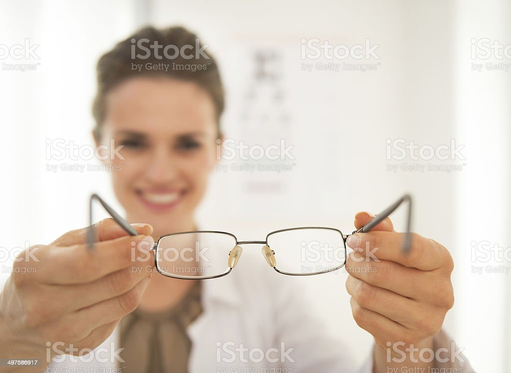 Nahaufnahme der Arzt Frau geben eyeglasses ophthalmologist – Foto