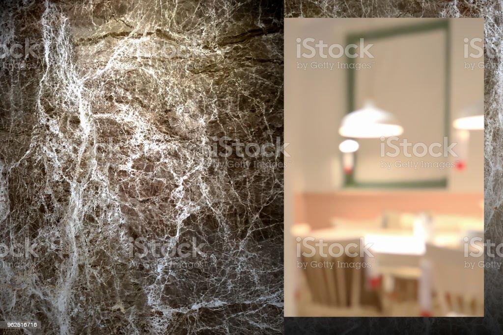 Closeup na parede de mármore ao ar livre durante a noite com interior desfocar o fundo da sala de jantar. - Foto de stock de Ambiente - Evento royalty-free
