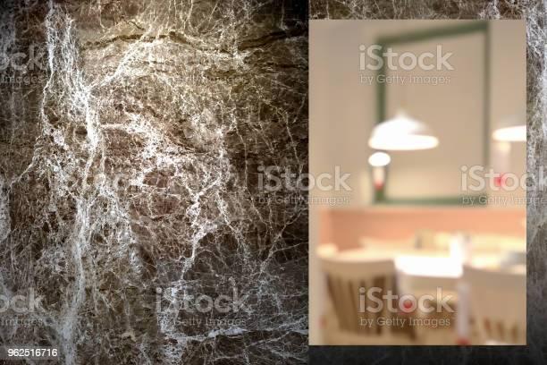 Foto de Closeup Na Parede De Mármore Ao Ar Livre Durante A Noite Com Interior Desfocar O Fundo Da Sala De Jantar e mais fotos de stock de Ambiente - Evento