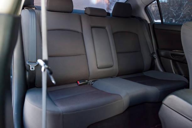 在乾洗後,在一輛舊日本汽車內部用天鵝絨織物內飾的後排座椅上特寫。汽車服務業。圖像檔
