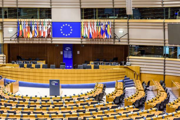 gros plan sur le bureau du président du parlement européen dans l'hémicycle à bruxelles, belgique. - demi cercle photos et images de collection