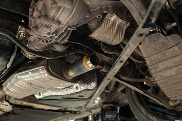 在維修車間汽車維修車輛時,從排氣管前部對車底部分進行特寫,並拆解催化劑圖像檔