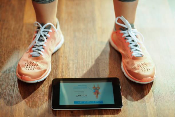 närbild på kvinna som använder fitness tränare app i tablet pc - calendar workout bildbanksfoton och bilder