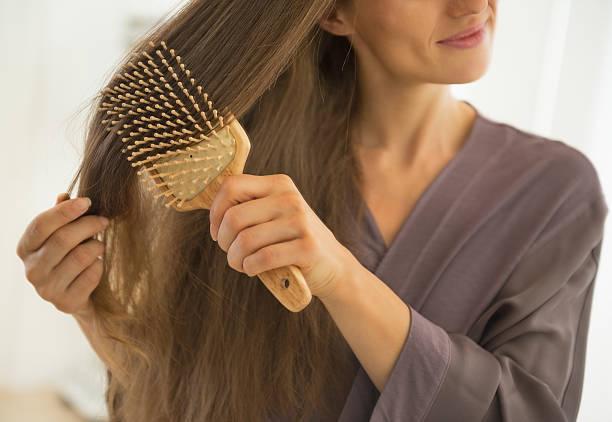 gros plan sur jeune femme cheveux peignage - peigne photos et images de collection