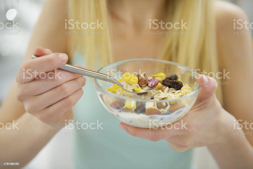 Primer plano de joven mujer comiendo desayuno saludable - Foto de stock de Adolescente libre de derechos