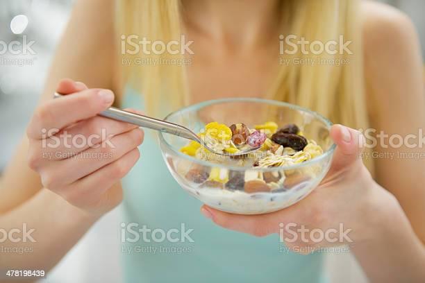 Primer Plano De Joven Mujer Comiendo Desayuno Saludable Foto de stock y más banco de imágenes de Adolescente