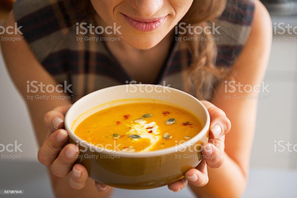 Nahaufnahme der junge Frau, die Kürbissuppe – Foto