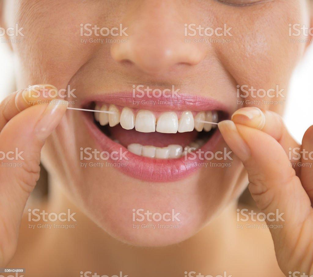 4164d68f7 Foto de Detalhe Em Jovem Mulher Usando Fio Dental e mais fotos de ...