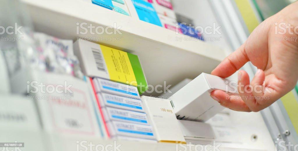 약 상자를 들고 근접 촬영 약사 손 - 로열티 프리 건강 진단 스톡 사진