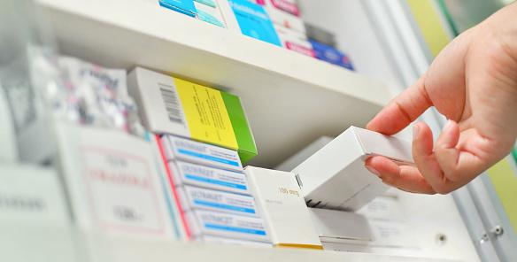 약 상자를 들고 근접 촬영 약사 손 건강 진단에 대한 스톡 사진 및 기타 이미지