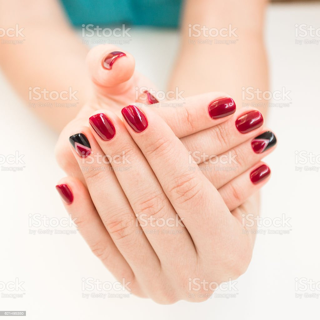 Closeup photo of a beautiful female hands with red nails photo libre de droits
