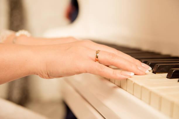 nahaufnahme einer klaviermusikerin - one song training stock-fotos und bilder