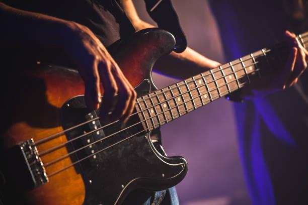 nahaufnahme foto von bassist - blues stock-fotos und bilder