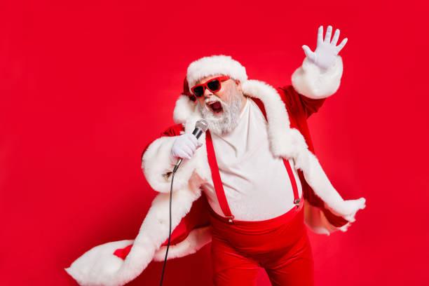 nahaufnahme foto von lustigen funky wilden sänger schreien im mikrofon tragen pelz mantel handschuhe hosenträger isoliert hellen hintergrund - santa stock-fotos und bilder