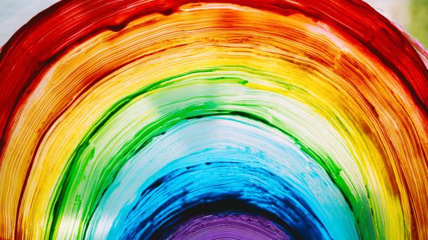 Nahaufnahme Foto von Malerei Regenbogen auf Fenster. Regenbogen mit Farben auf Glas gemalt ist ein Symbol für viele Bedeutungen. – Foto