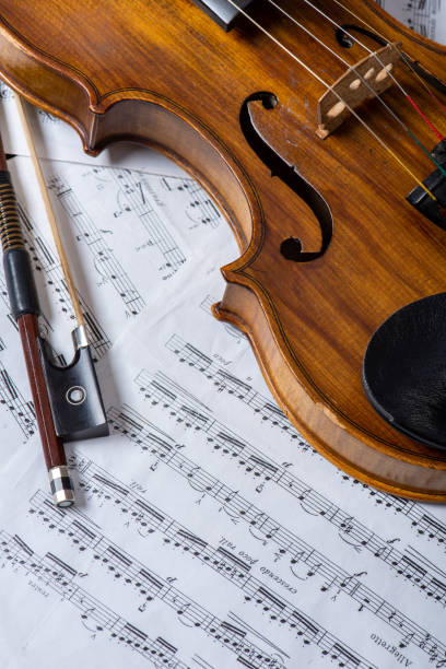 Yay ve müzik notları ile Vintage keman yakın çekim fotoğrafı. Stok Fotoğrafı stok fotoğrafı