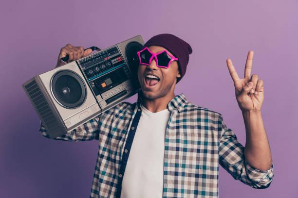 nahaufnahme foto-porträt von lustigen funky schön schön, sorglos aufgeregt schreisenden ekstatischen studenten halter auf der schulter geben v-zeichen isolierten violetten hintergrund - radio kultur stock-fotos und bilder