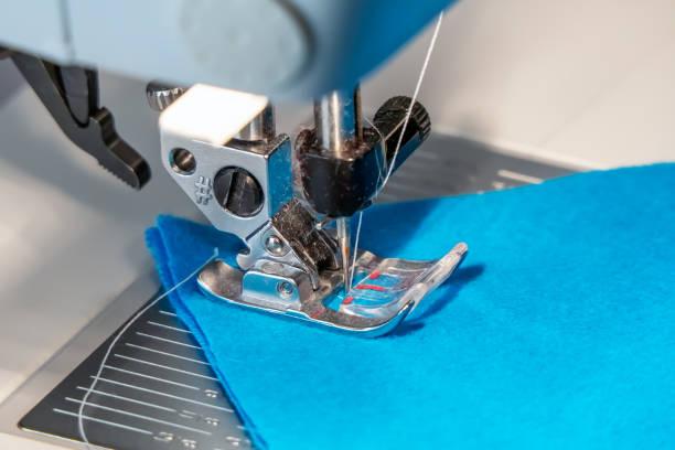 nahaufnahme foto von einer nähmaschine fuß, nadel und faden. - nähfuß stock-fotos und bilder