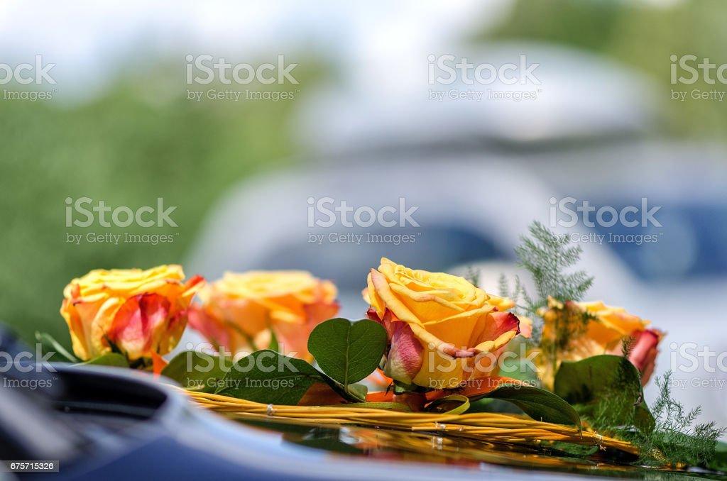 特寫攝影。婚禮黃玫瑰的汽車的裝飾。 免版稅 stock photo