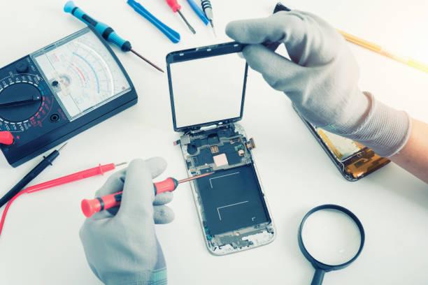 Nahaufnahmen zeigen Prozess der Handy reparieren – Foto