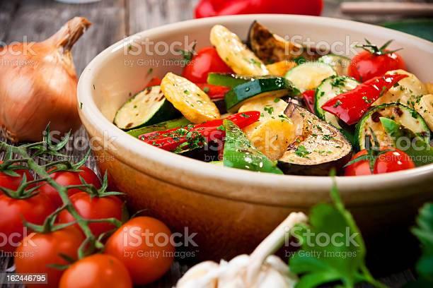 Horno Verduras Asadas Foto de stock y más banco de imágenes de Ajo