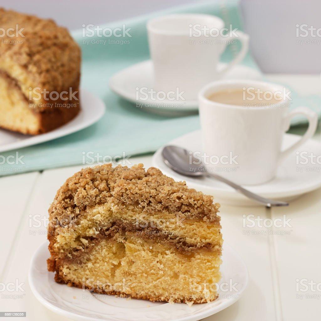 Pedaço de close-up de canela caseira Esfarele bolo de café e de chá de leite. Fundo de madeira branco. Foto de quadrados. - foto de acervo