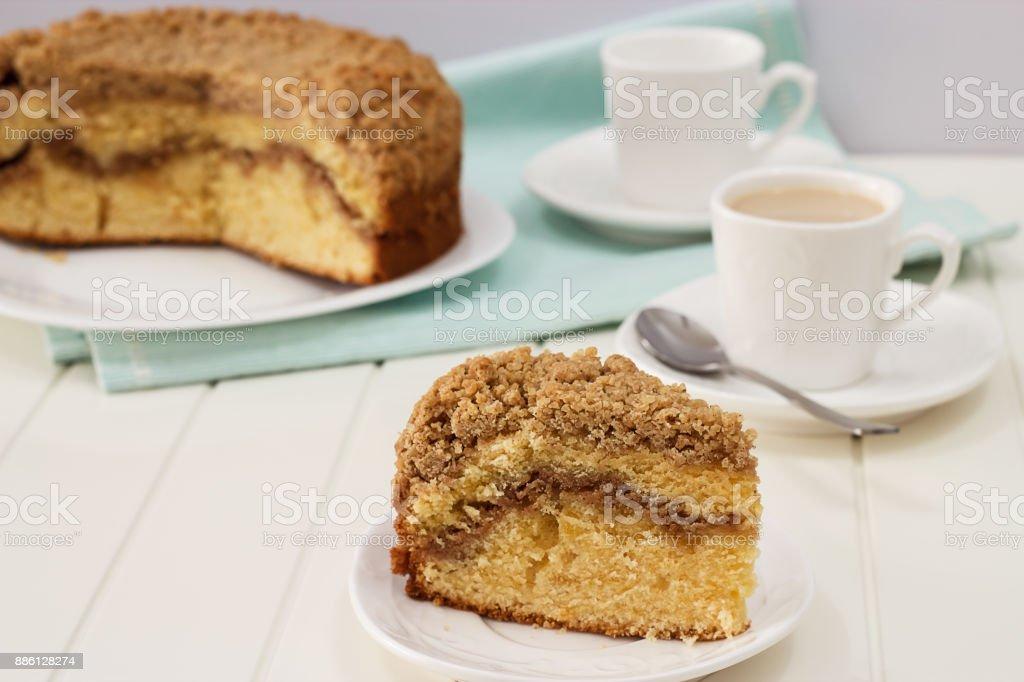 Pedaço de close-up de canela caseira Esfarele bolo de café e de chá de leite. Fundo de madeira branco. - foto de acervo