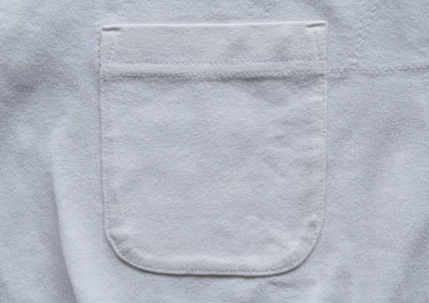 Nahaufnahmetasche auf weißem Baumwollhemd – Foto