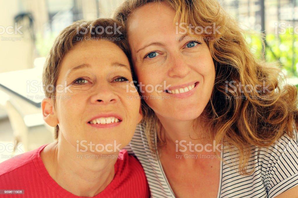 Closeup retrato se trata las mujeres maduras viajan juntos, pasar momentos divertidos, sonrientes, encantadoras. Mejores amigos. - Foto de stock de 40-49 años libre de derechos