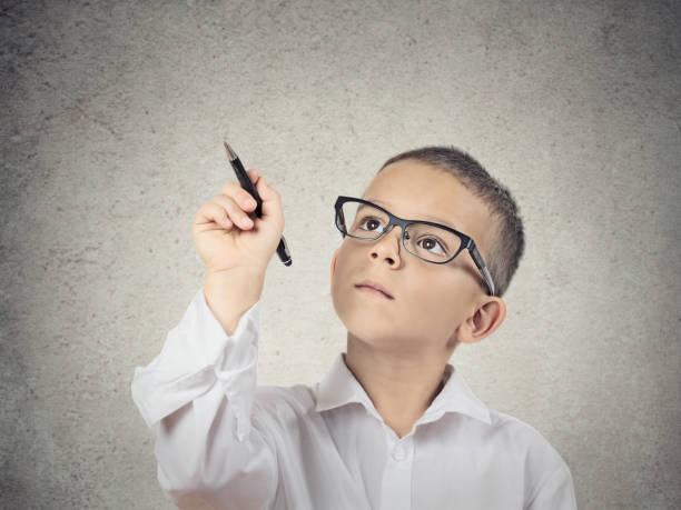 Closeup portrait heureux garçon, petit homme, étudiante à lunettes - Photo