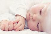 のクローズアップのポートレート、白で赤ちゃん美しいベッドルーム