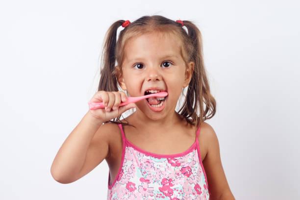 一個美麗的幼兒微笑,同時刷牙的特寫肖像圖像檔
