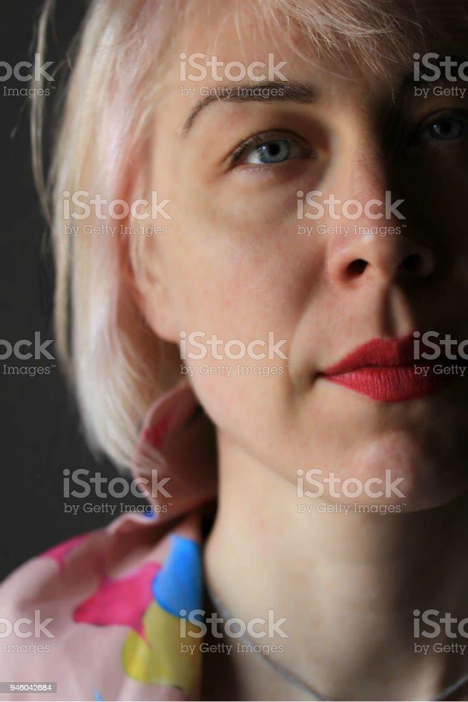 Close-up Portrait einer Frau mit rosa Haaren – Foto