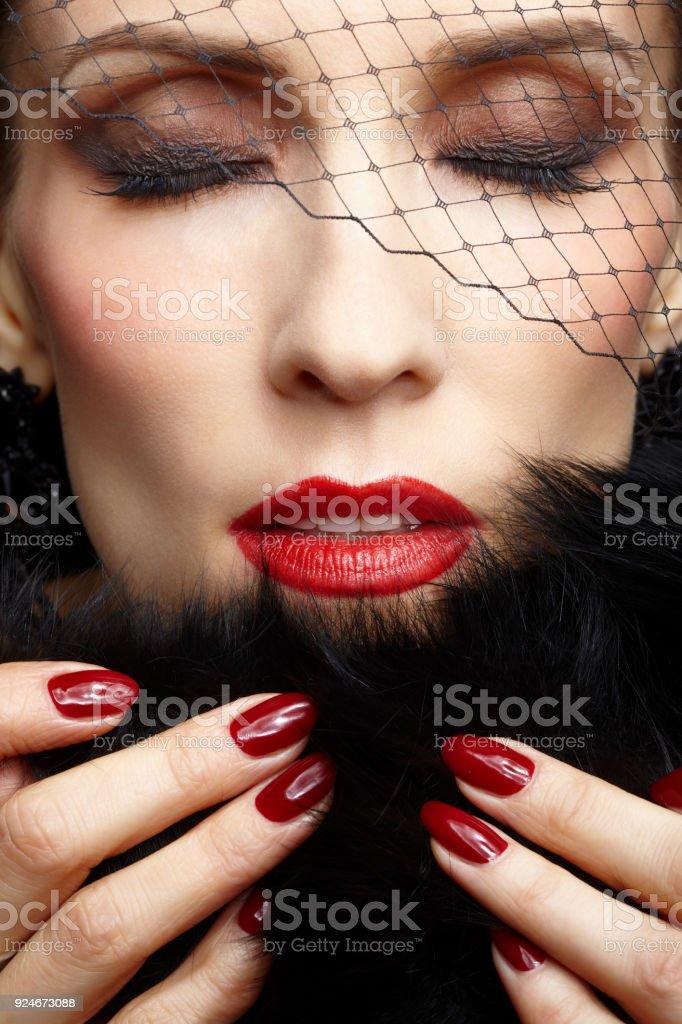 Close-up Portrait schöne Brünette Frau in Schleier schwarzen Pelzmantel mit manikürten Fingern berühren und schließen ihre Augen – Foto
