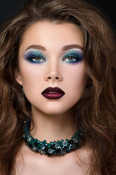 close-up portrait schöne brunette frau mit modernen fashio - blaues augen make up stock-fotos und bilder
