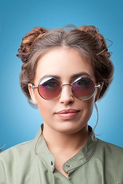 nahaufnahme porträt von schöne trendige hipster mädchen mit einem brötchen - haarschnitt rundes gesicht stock-fotos und bilder