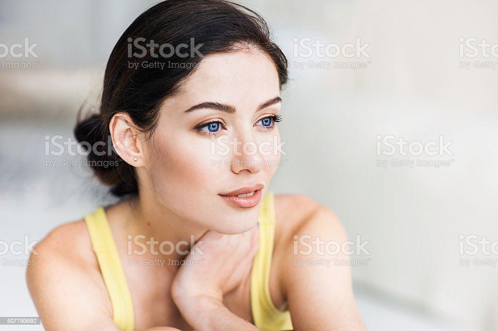 Retrato de primer plano de una mujer - foto de stock