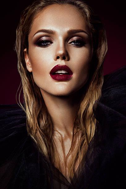 retrato de primer plano de una hermosa mujer con maquillaje brillante - labios rojos fotografías e imágenes de stock