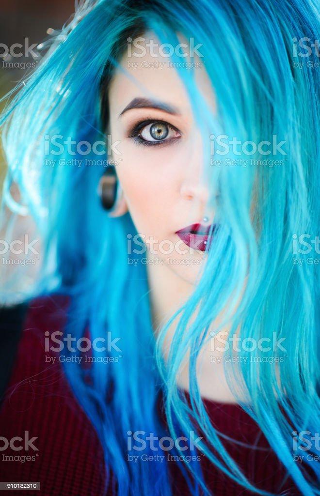 Closeup portrait de belle jeune femme aux cheveux bleus - Photo