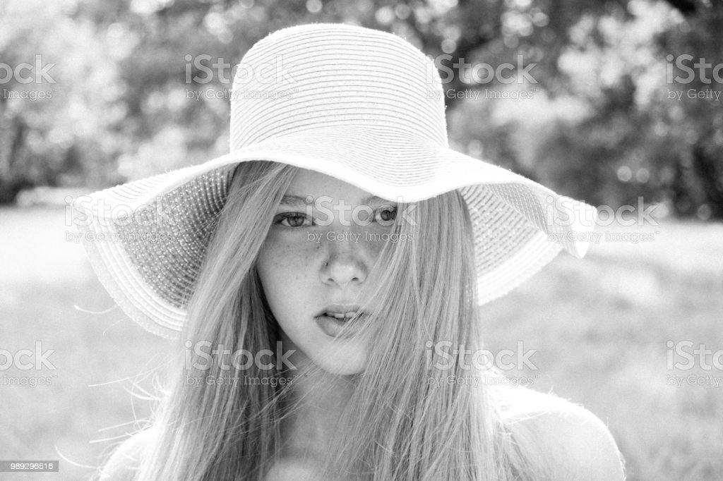 8c9174334e860 Portrait de gros plan de blonde inspiré jeune fille avec de beaux yeux  tenant fille blonde