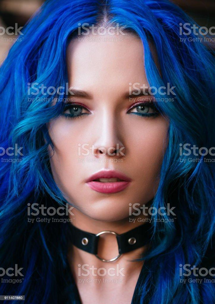 Closeup portrait d'aux cheveux bleus belle jeune fille (modèle informel) - Photo
