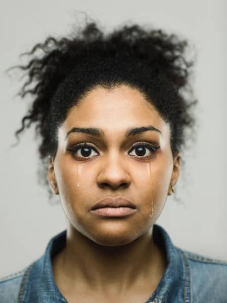 close-up portrait der weinende junge afro-amerikanerin - träne stock-fotos und bilder