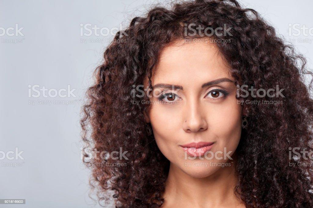 Closeup portrait de femme frisée - Photo