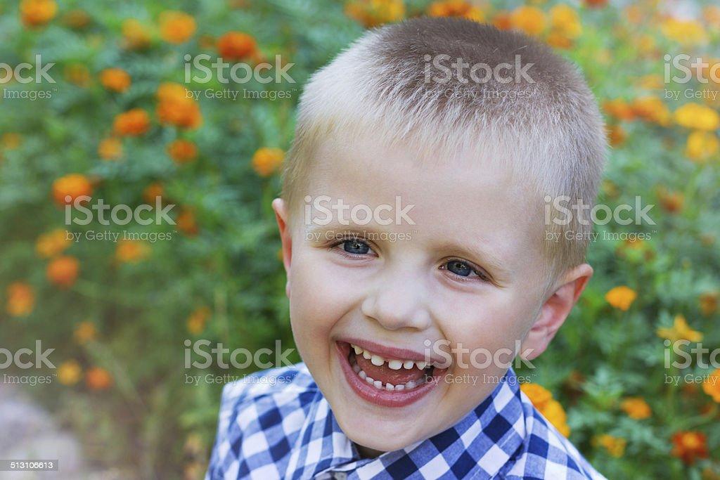 5a7429b4b Em closeup Retrato de uma linda criança feliz garoto com um sorriso foto  royalty-free