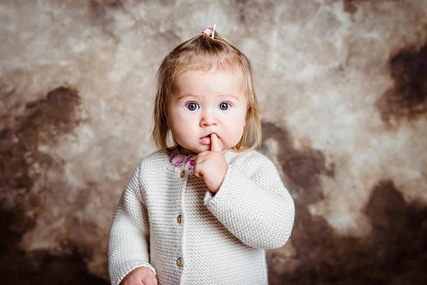 Nahaufnahme portrait der niedlich kleines Mädchen mit großen Graue Augen – Foto