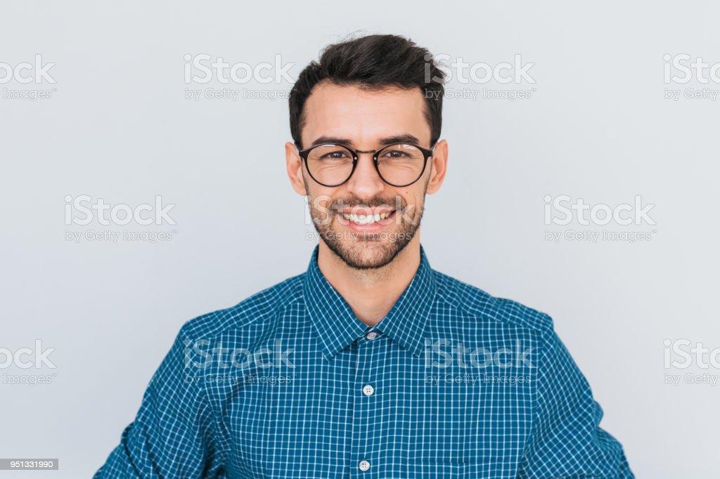 Closeup retrato de guapo inteligente mirando sonriendo con sonrisa toothy hombre posando para la publicidad social, aislado en fondo blanco con espacio de copia de su contenido o información promocional. foto de stock libre de derechos