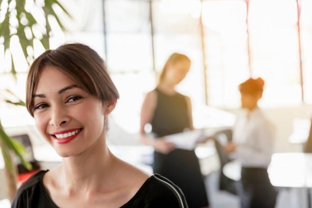 Nahaufnahme-Porträt glücklicher Geschäftsfrau im Amt – Foto