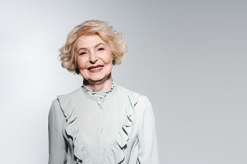 세련 된 셔츠 그레이에 고립 된 행복 한 고위 여자의 클로즈업 초상화 노인에 대한 스톡 사진 및 기타 이미지